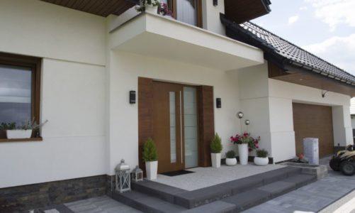 Jak efektownie zaaranżować strefę wejściową domu i przestrzeń wokół posesji?