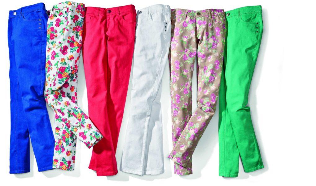 Kolorowe spodnie w żywych kolorach, zwłaszcza żółtym, fioletowym i zielonym. Drobna łączka, kratka, paski i groszki! Hot or not?