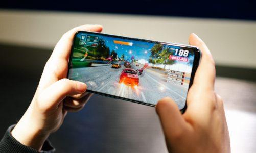 Polacy chętniej sięgają po tańsze smartfony. Coraz częściej oferują one najnowsze technologie dostępne dotąd w najdroższych modelach czołowych producentów [DEPESZA]