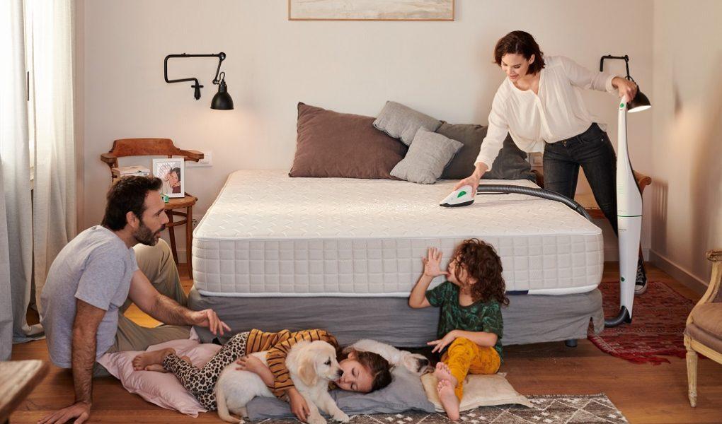 Naskórek, pot, mikroorganizmy i odchody roztoczy – jak skutecznie czyścić meble tapicerowane i materac łóżka dla odpoczynku i dobrego snu alergika
